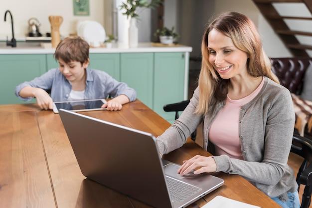 Retrato de mãe feliz por trabalhar em casa