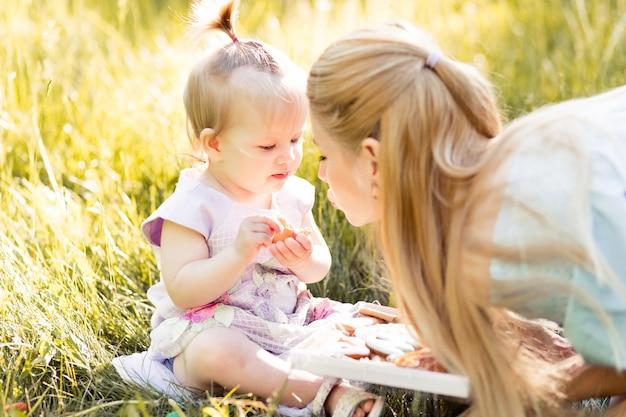 Retrato de mãe jovem feliz com filha bebê fofo
