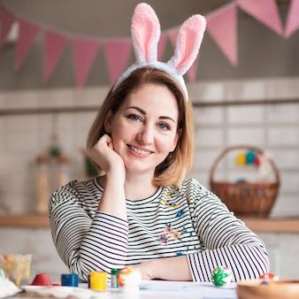 Retrato de mãe linda com orelhas de coelho