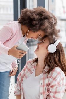 Retrato de mãe positiva brincando com a filha