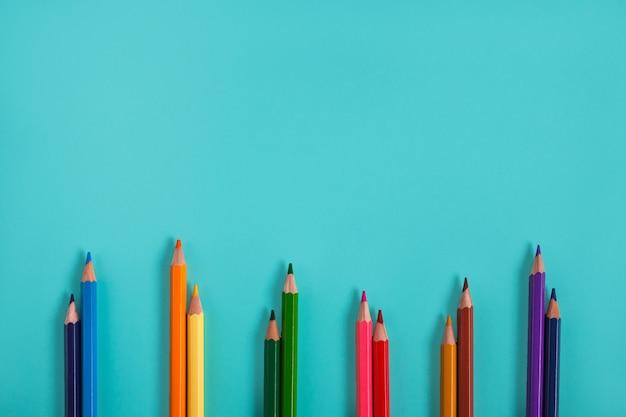 Retrato de maquete de lápis de cor para desenho em fundo pastel com espaço de cópia