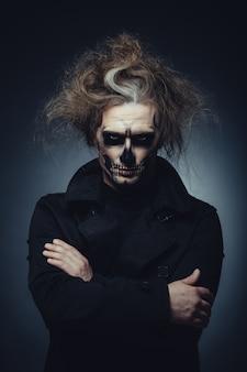 Retrato de maquiagem caveira de jovem