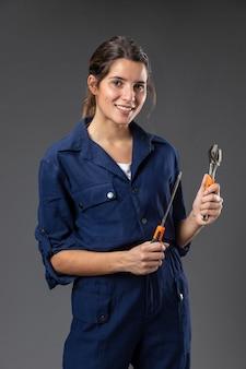 Retrato de mecânica feminina com ferramentas
