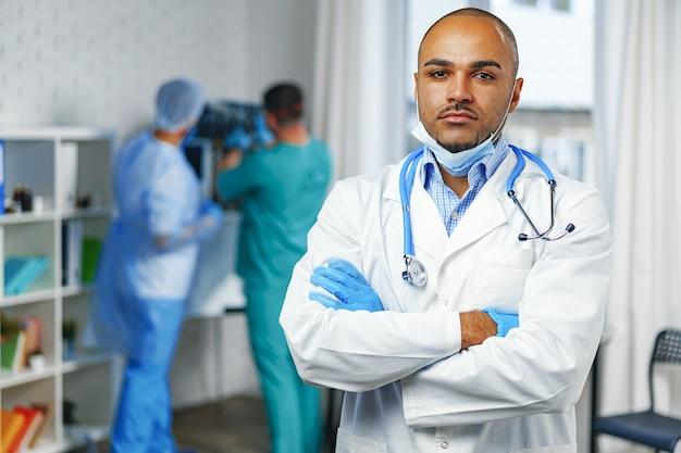 Retrato de médico afro-americano, plano de fundo do hospital