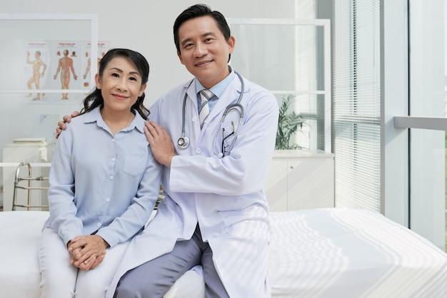 Retrato de médico amigável e seu paciente