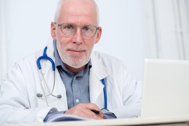 Retrato, de, médico, com, estetoscópio