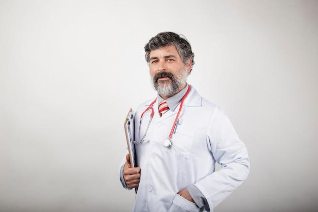 Retrato de médico com prancheta e estetoscópio