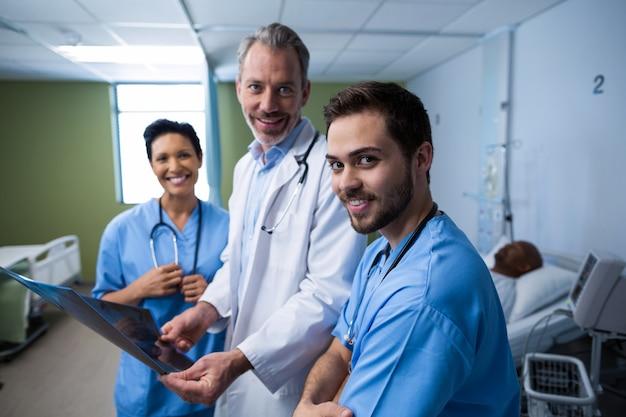Retrato de médico e enfermeiro, verificação de raio-x na enfermaria