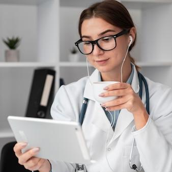 Retrato de médico em videoconferência na clínica