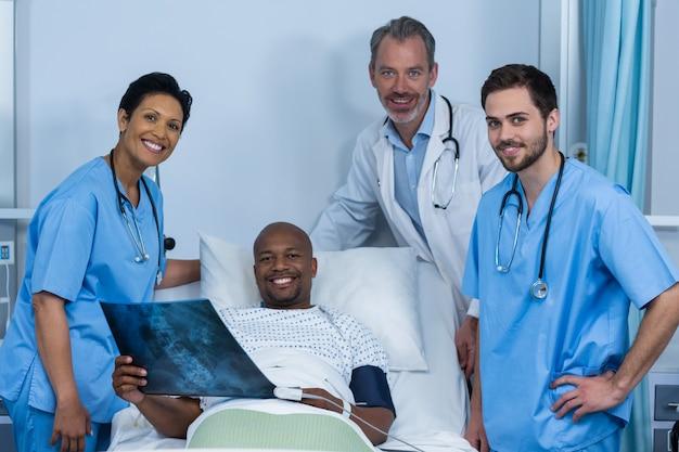 Retrato de médico, enfermeiro e paciente na enfermaria