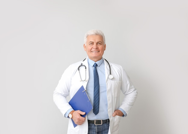 Retrato de médico homem cinza