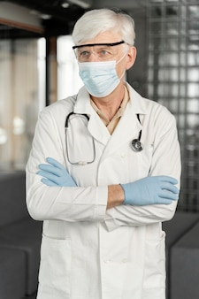 Retrato de médico masculino com máscara médica