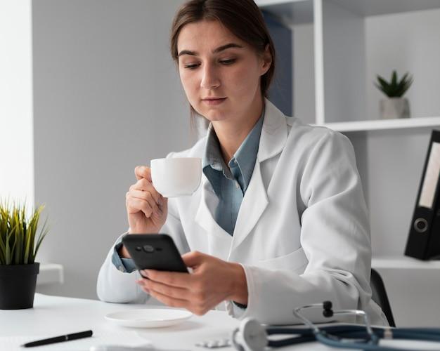 Retrato de médico segurando um telefone celular