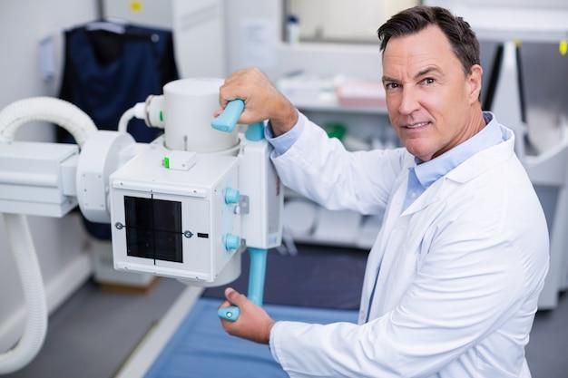 Retrato de médico usando máquina de raio-x
