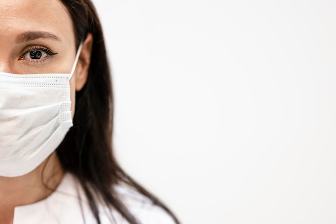 Retrato de médico usando máscara facial