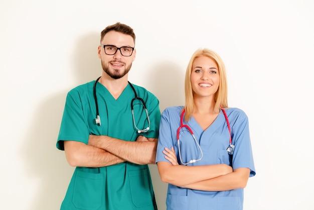 Retrato de médicos confiantes com os braços cruzados.