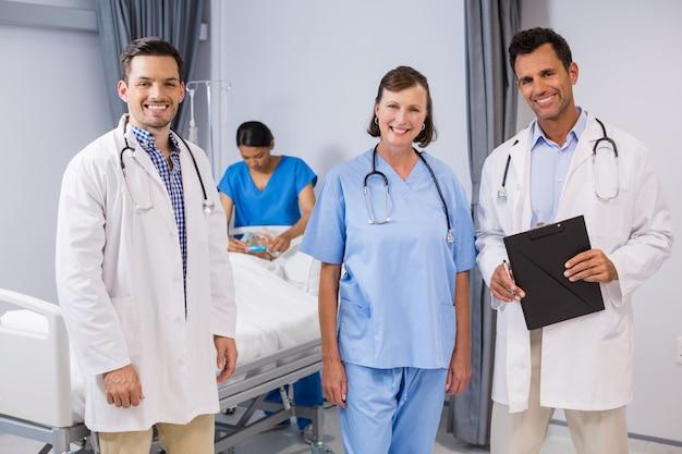 Retrato de médicos e enfermeiros em pé com relatório médico