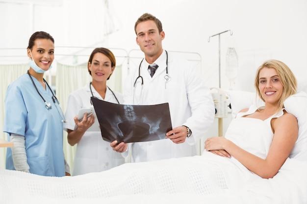 Retrato de médicos e paciente com raio-x