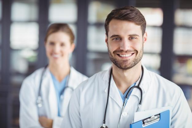 Retrato de médicos felizes
