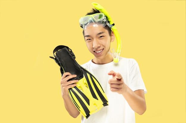 Retrato de meio corpo de jovem coreano em amarelo