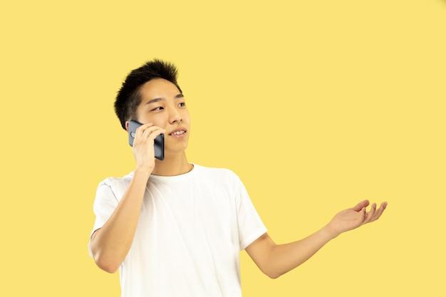 Retrato de meio corpo de jovem coreano