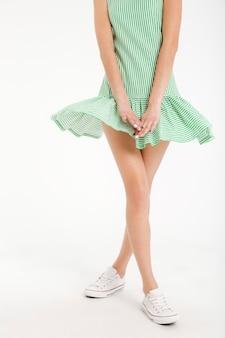 Retrato de meio corpo de uma jovem garota de vestido