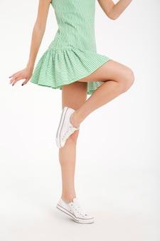Retrato de meio corpo de uma jovem garota posando de vestido