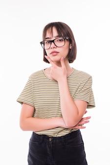 Retrato de meio corpo de uma jovem pensativa, isolada no branco