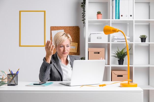 Retrato, de, meio envelheceu, executiva, em, escritório