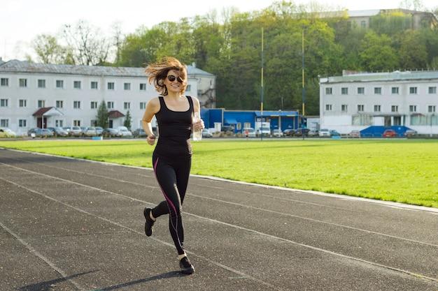 Retrato, de, meio envelheceu, mulher correndo