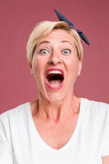 Retrato, de, meio envelheceu, mulher, gritando