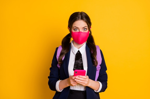 Retrato de menina adolescente chocada usando smartphone impressionado usar máscara