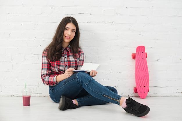 Retrato, de, menina adolescente, com, livro