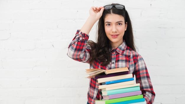 Retrato, de, menina adolescente, com, pilha livros