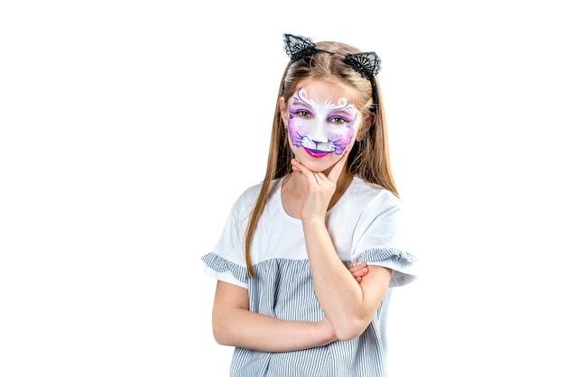 Retrato de menina adolescente com pintura de rosto de gato