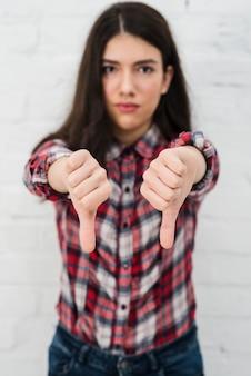 Retrato, de, menina adolescente, fazendo, polegares baixo