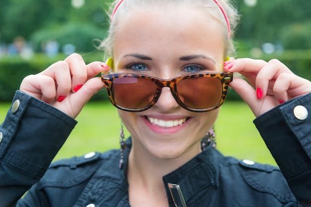 Retrato de menina adolescente loira linda