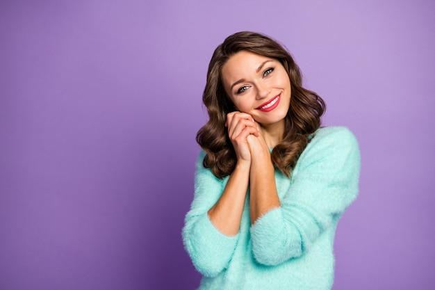 Retrato de menina adorável adorável desfrutar dela desejo desejo sentir grato ter punhos vestindo suéter macio quente.