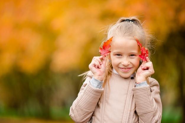 Retrato de menina adorável ao ar livre no lindo dia de outono