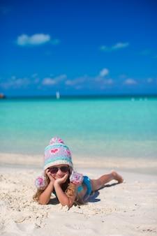 Retrato de menina adorável nas férias de verão na praia branca