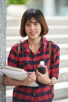 Retrato de menina adorável pronto para aulas da faculdade