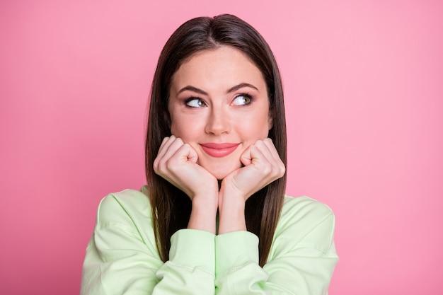 Retrato de menina alegre alegre olhar copyspace pensar pensamentos desfrutar futuro descanso relaxar fim de semana usar pulôver estilo casual isolado sobre fundo de cor pastel