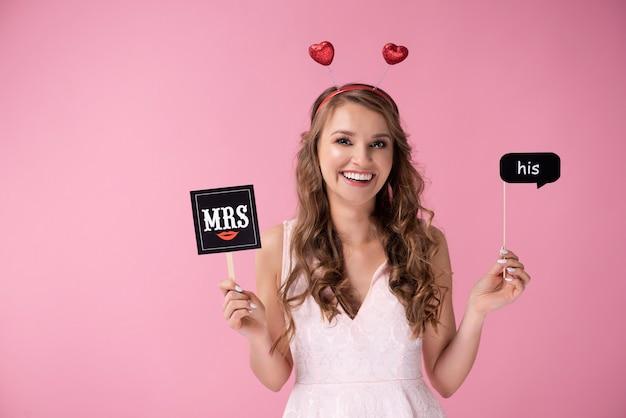 Retrato de menina alegre com acessórios de dia dos namorados