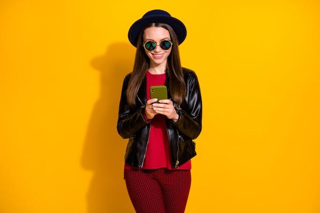 Retrato de menina alegre conversando por telefone