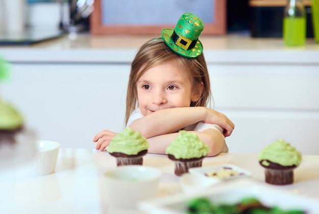 Retrato de menina alegre na cozinha