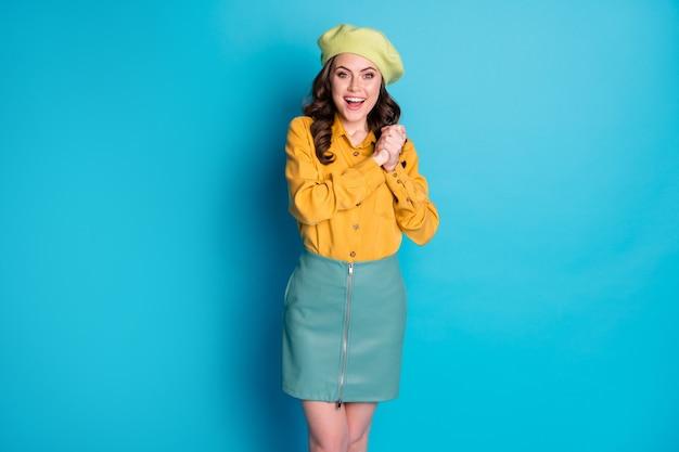 Retrato de menina alegre positiva impressionada, espera quero esperança presente presente sinto grato grito wow omg usar, olhe boas roupas isoladas sobre fundo de cor azul
