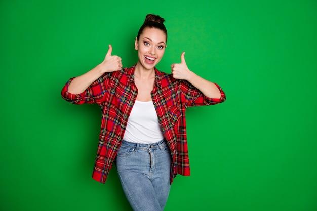 Retrato de menina alegre positiva mostra sinal de polegar para cima divirta-se, alegre-se anúncios perfeitos promo usar jeans jeans isolado sobre fundo de cor brilhante