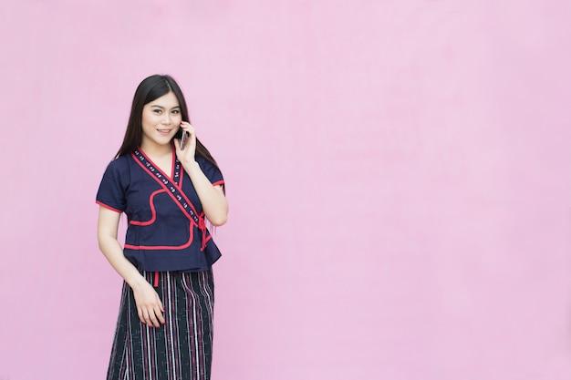 Retrato, de, menina asian jovem, em, tradicional, vestido tailandês, e, segurando, smartphone