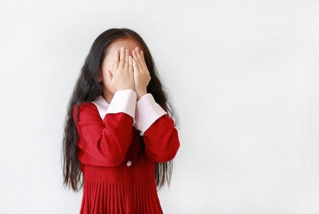 Retrato de menina asiática com um vestido vermelho
