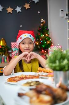Retrato de menina asiática comemorando o natal